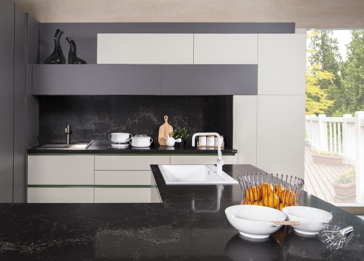 超細滑材質,創造出高質感的廚房空間。品牌:雅登廚飾。