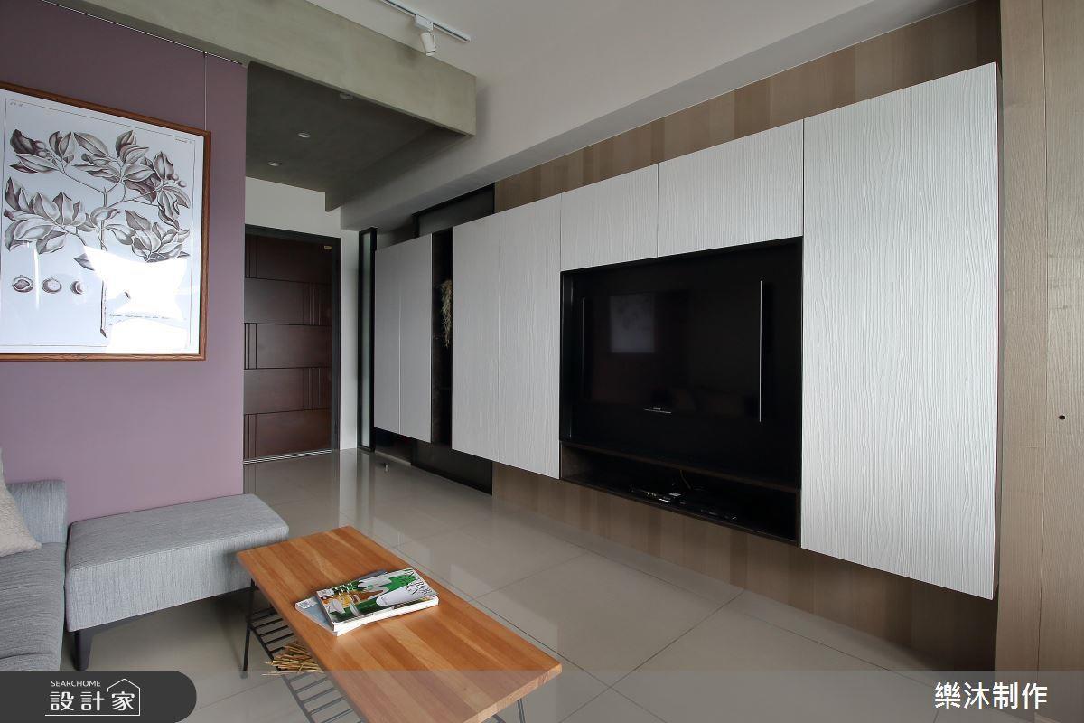 用系統傢俱當作隔間牆和收納櫃,區隔客廳及房間,同時節省木作牆的厚度,並增加收納,為 15坪 爭取更多空間。>>看完整圖庫