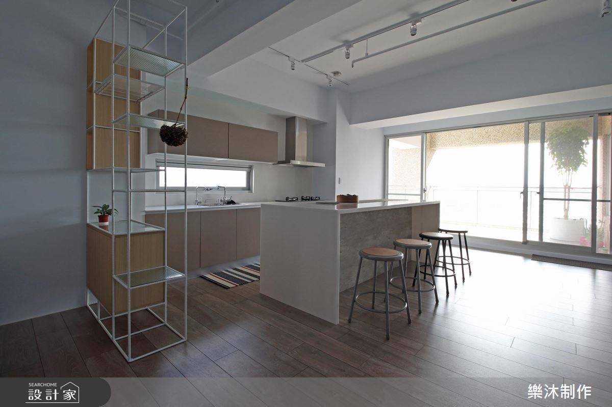 系統傢具跟鐵件結合,讓空間通透,另外,中島檯面用系統傢具結合人造石,可以做很多異材質結合的嘗試。>>看完整圖庫