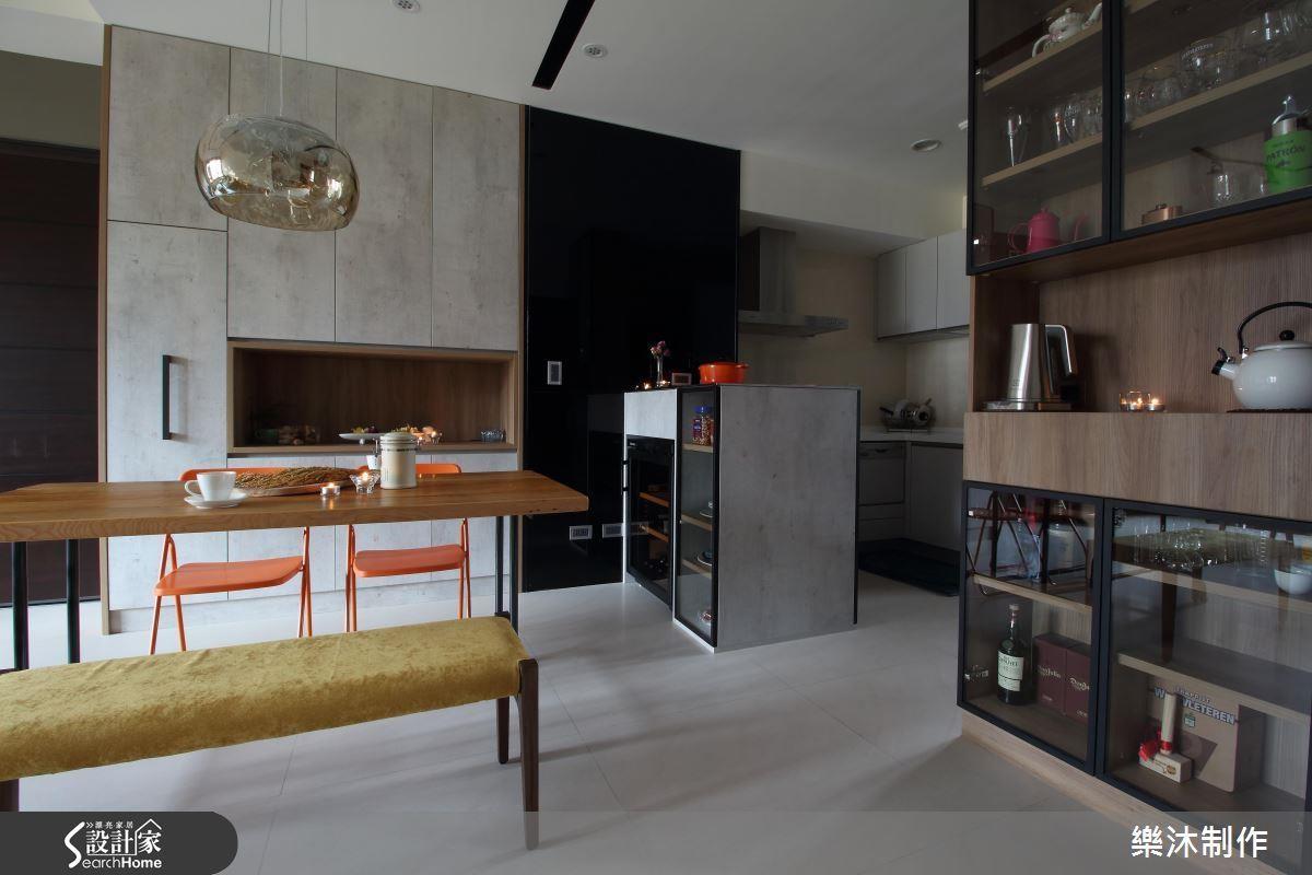 客廳旁邊鞋櫃兼儲藏櫃,旁邊擺飾玻璃杯作為展示櫃。>>看完整圖庫