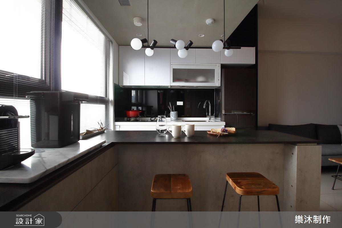 系統傢俱作出中島機能兼用餐地方,下面也可以當作電器櫃,因為系統板材靈活度高,所以可以為小空間整併很多機能。>>看完整圖庫