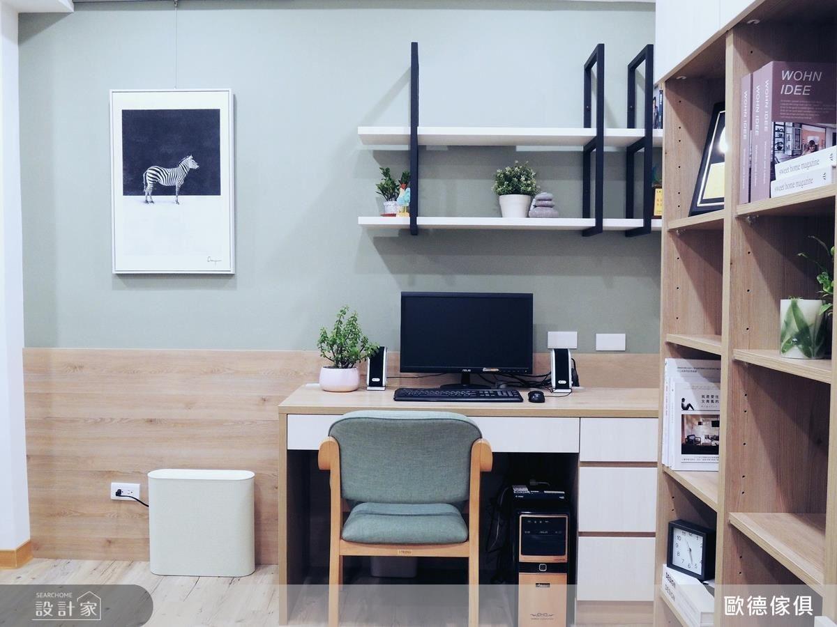 書桌壁面結合鐵件與層板,創造出收納展示區,讓牆壁更高度被運用。