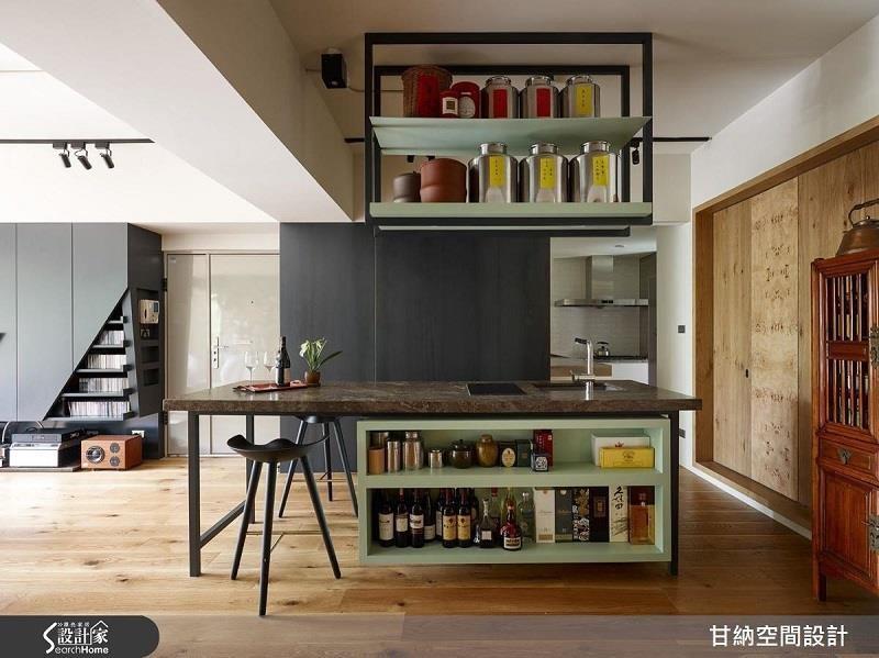不常使用的陳年酒醋即可擺放於至高收納處,常使用的醬料即可放置隨手可得的高度。>>看完整圖庫