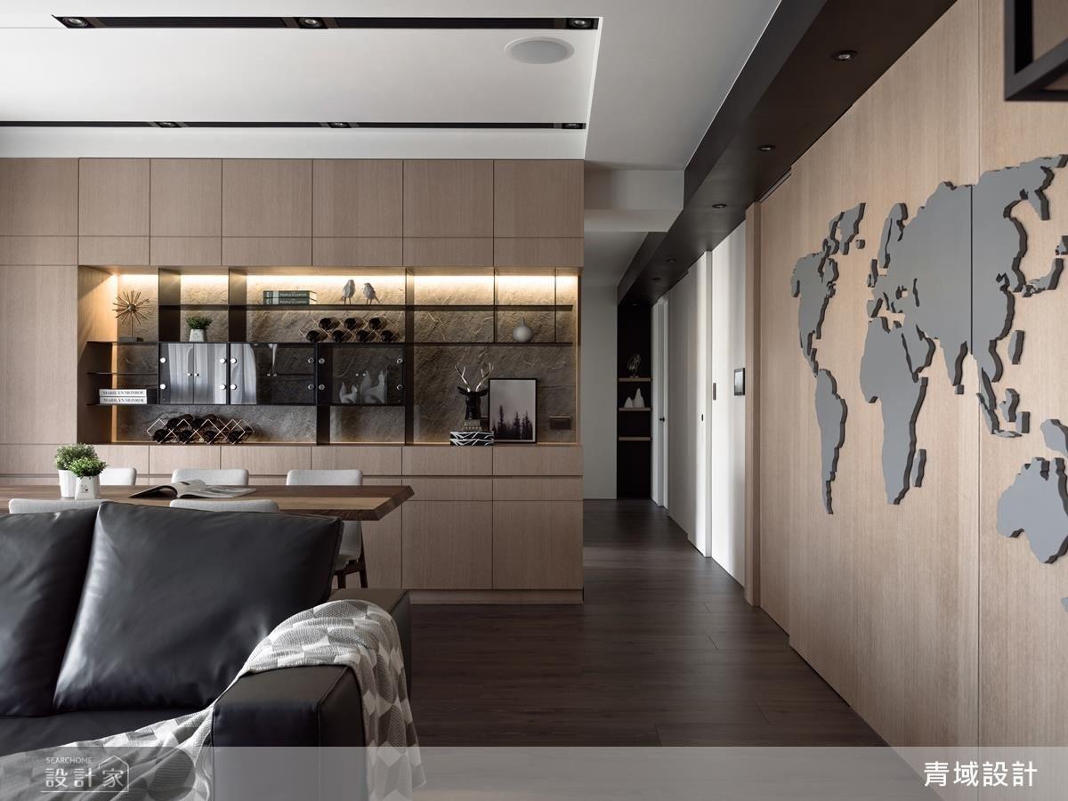 設計師運用異材質分割,不僅讓牆面層次多變,亦不感覺廊道過深,而天花板刻意用黑色樑體串聯空間,強調與公共領域的關係。