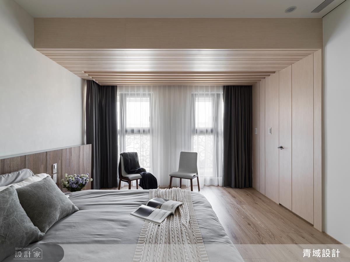 主臥室保留樑下空間,以木皮格柵勾畫出虛實變化。
