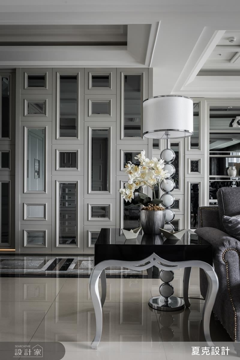 玄關牆面在精緻線板、玻璃與鏡面結合下烘托居家的古典貴氣。