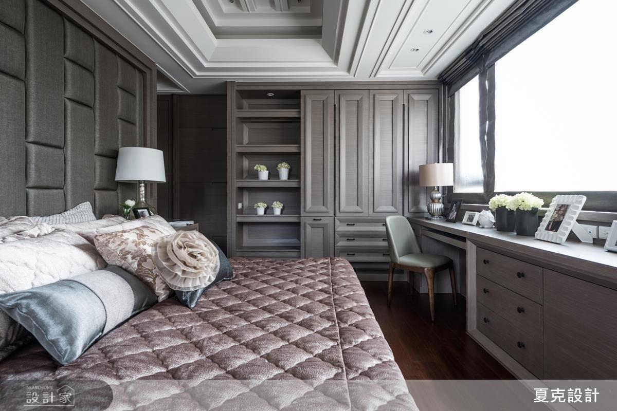 客房沿窗邊鋪設閱讀區,享受空間的充沛光源。床頭背牆則以方塊造型壁布堆疊空間視覺效果,同時譜寫睡眠場域的無盡舒適。