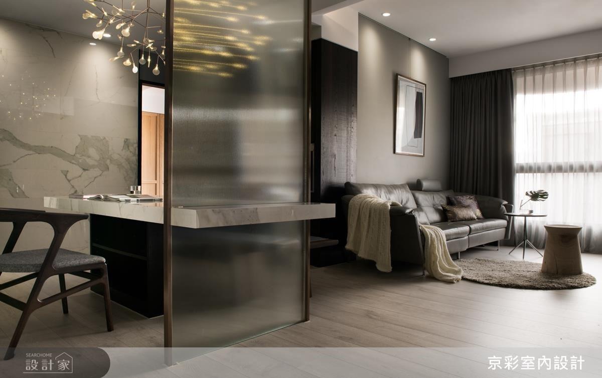 玻璃隔屏界定空間場域,並增加空間穿透力,金屬收邊也營造出居家現代感。