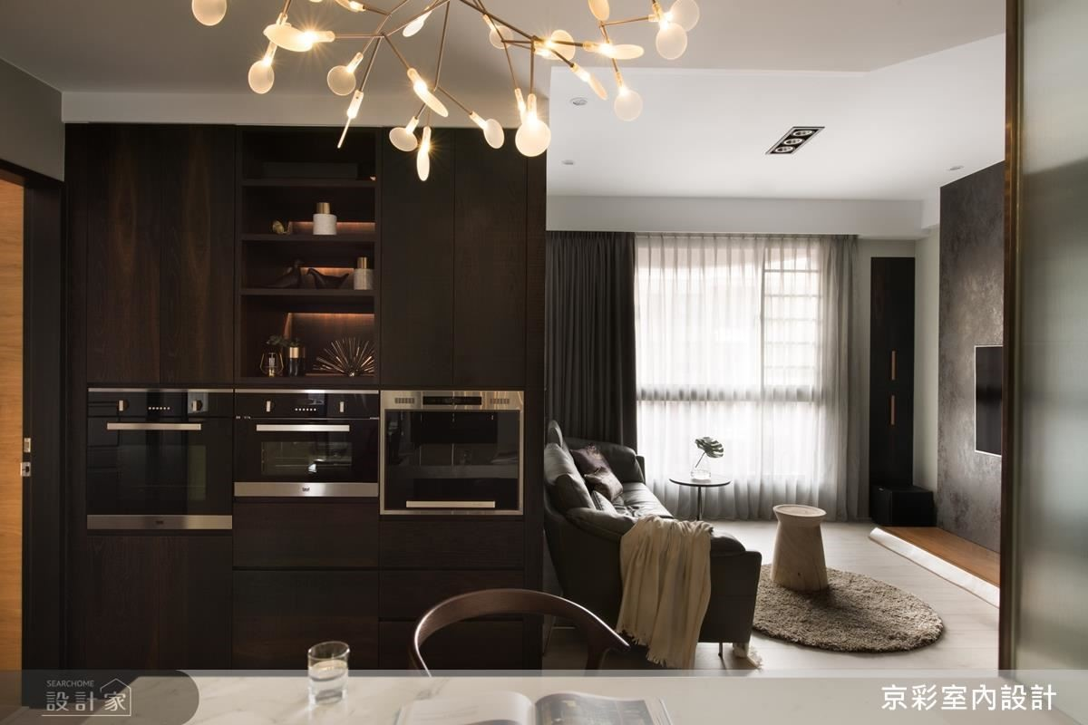 將原主臥房門改變位置,調節整合出收納櫃體,增加生活機能。