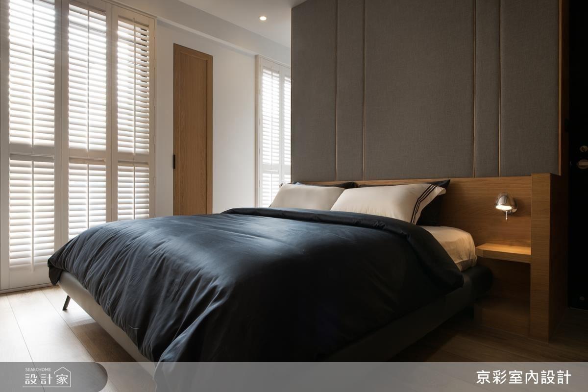 床頭背牆以灰色繃布勾勒金屬線條,營造主臥彷彿在時空交錯的氛圍之中。