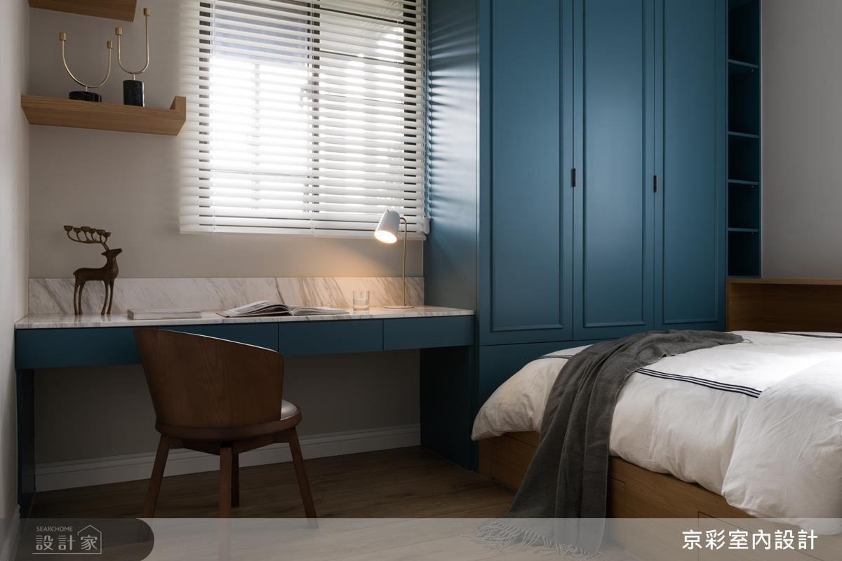 為了增加女兒房的收納機能,在床下方增設抽屜櫃,並將床靠邊,使活動空間更加寬敞。