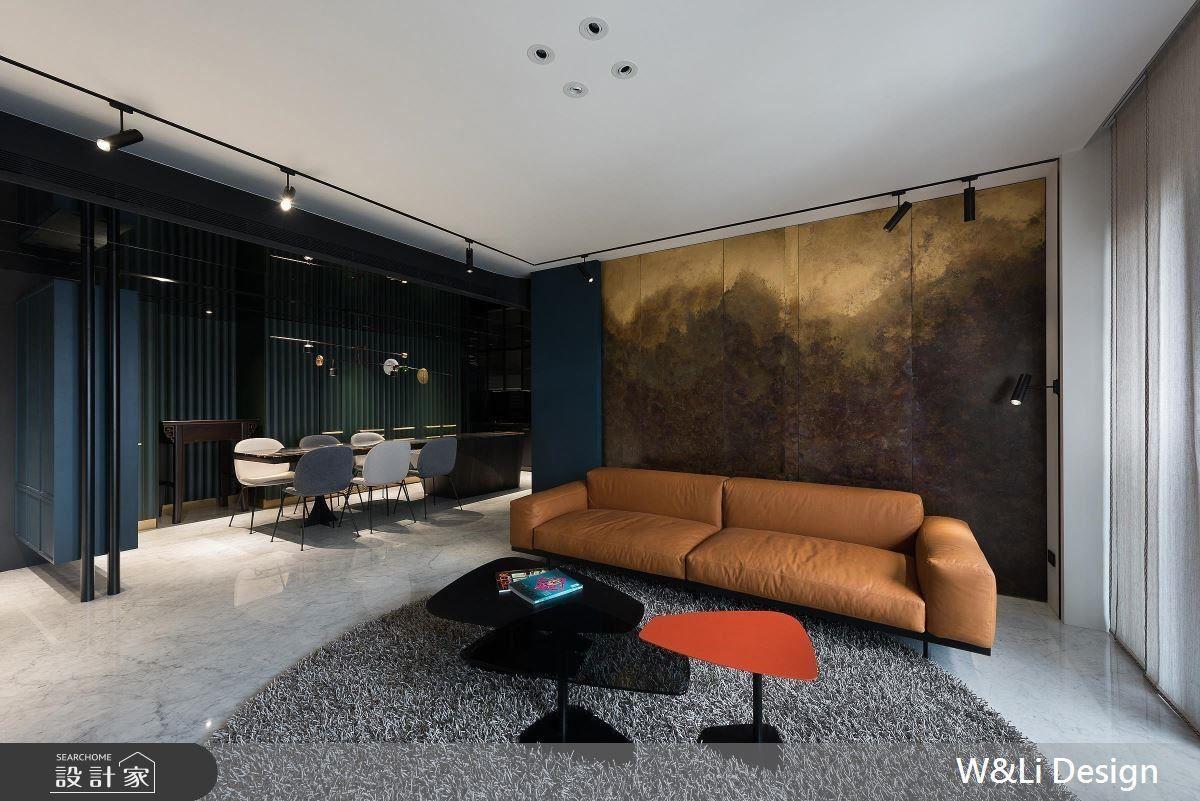 客廳沙發背牆以銅的技藝及多重色彩堆疊,表現磅礡的山水意象。