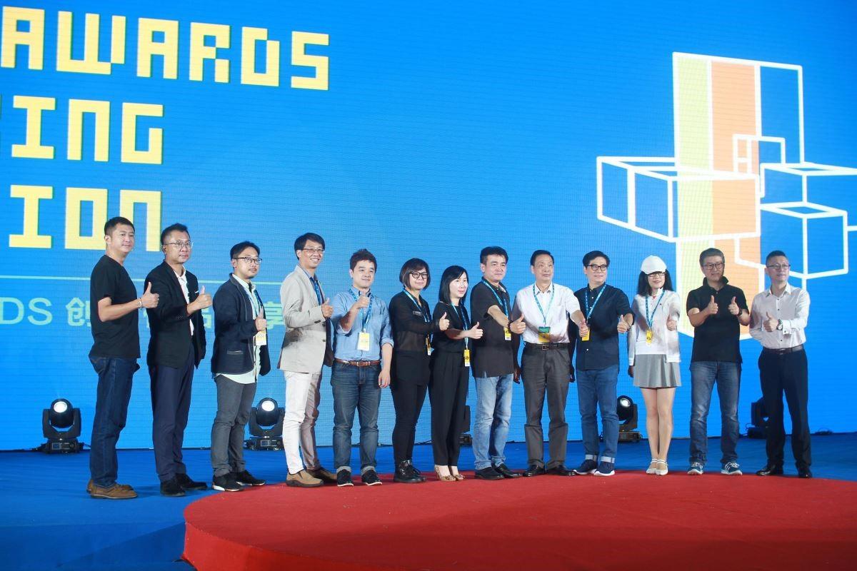 入圍艾奇獎的台灣企業代表與評審在台上合照。