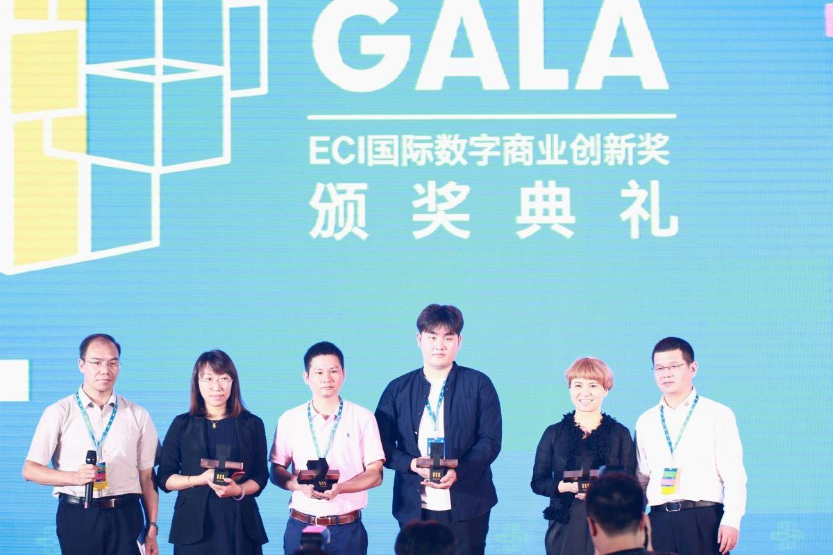 設計家Searchome社長林孟葦(右2)在典禮當天接受主辦單位頒獎。