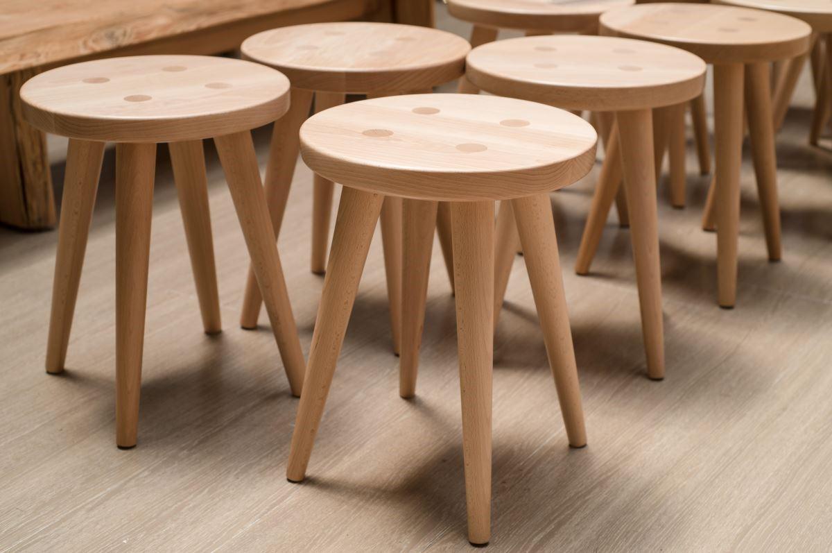 十分具有北歐風格的椅凳,不僅材質紮實,木工班的學生更細心的將其磨得十分溫潤。