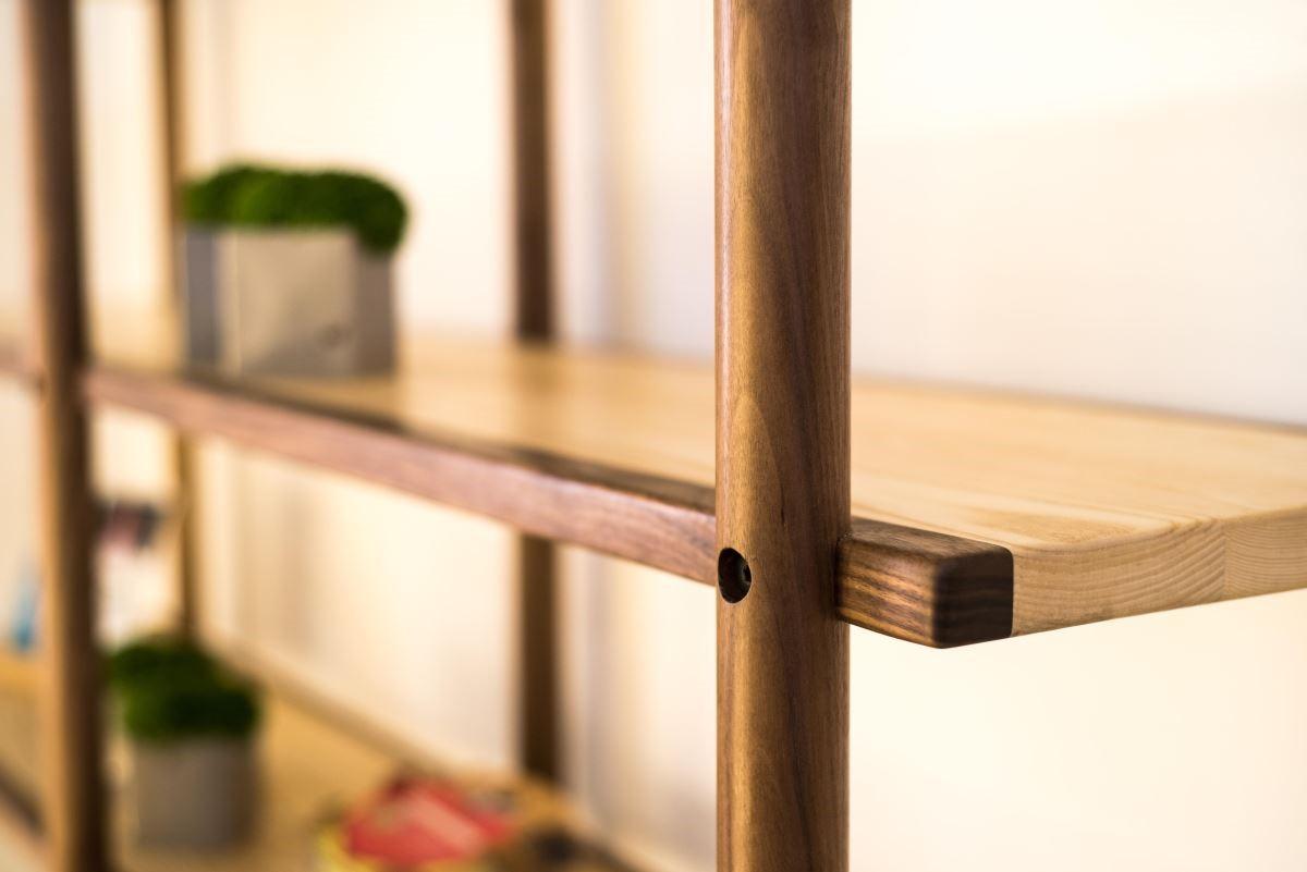 木工班同學製作的大型展示櫃,其細節處的處理十分細緻。