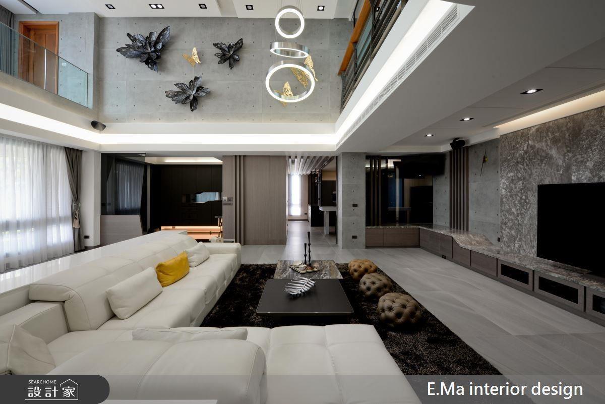 以挑高格局、奢華燈飾,展現 500 坪大宅的非凡雍容氣度。