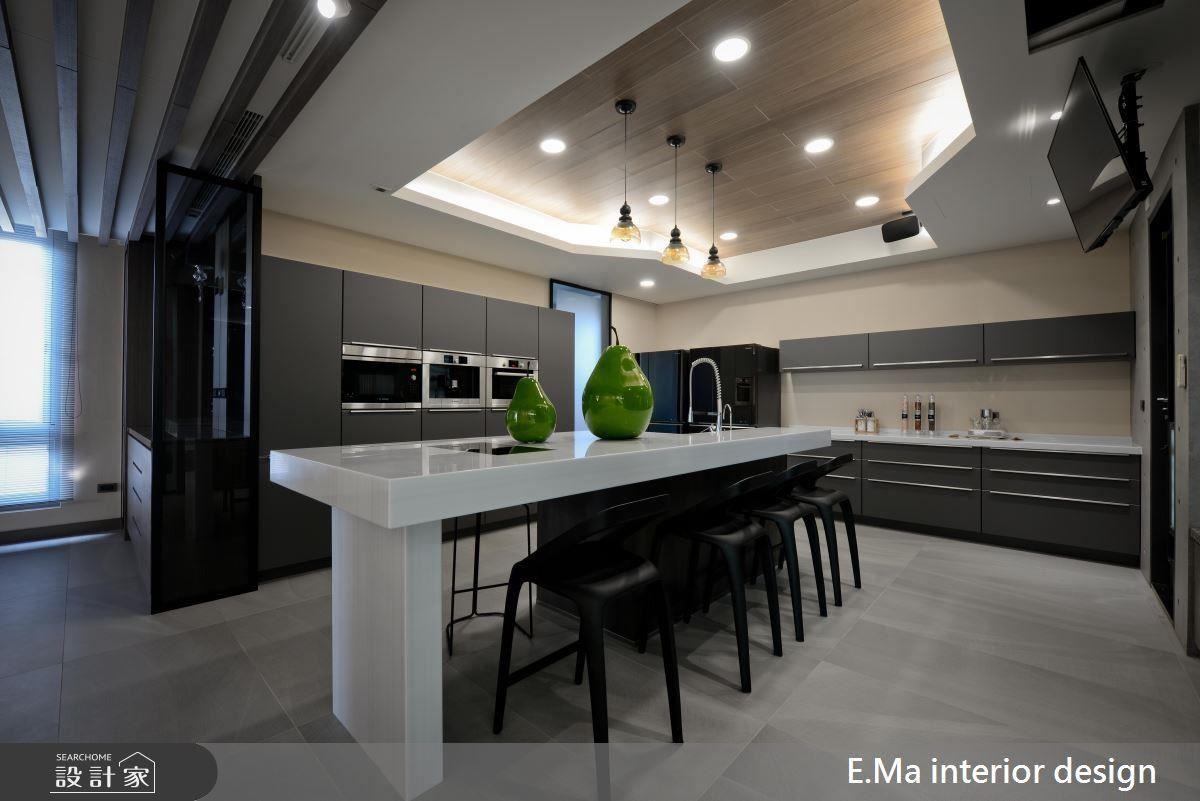 餐廚空間運用奶茶色鋪陳溫暖感受,並加長中島尺度便利料理機能,同時讓場域容納每個家族成員。