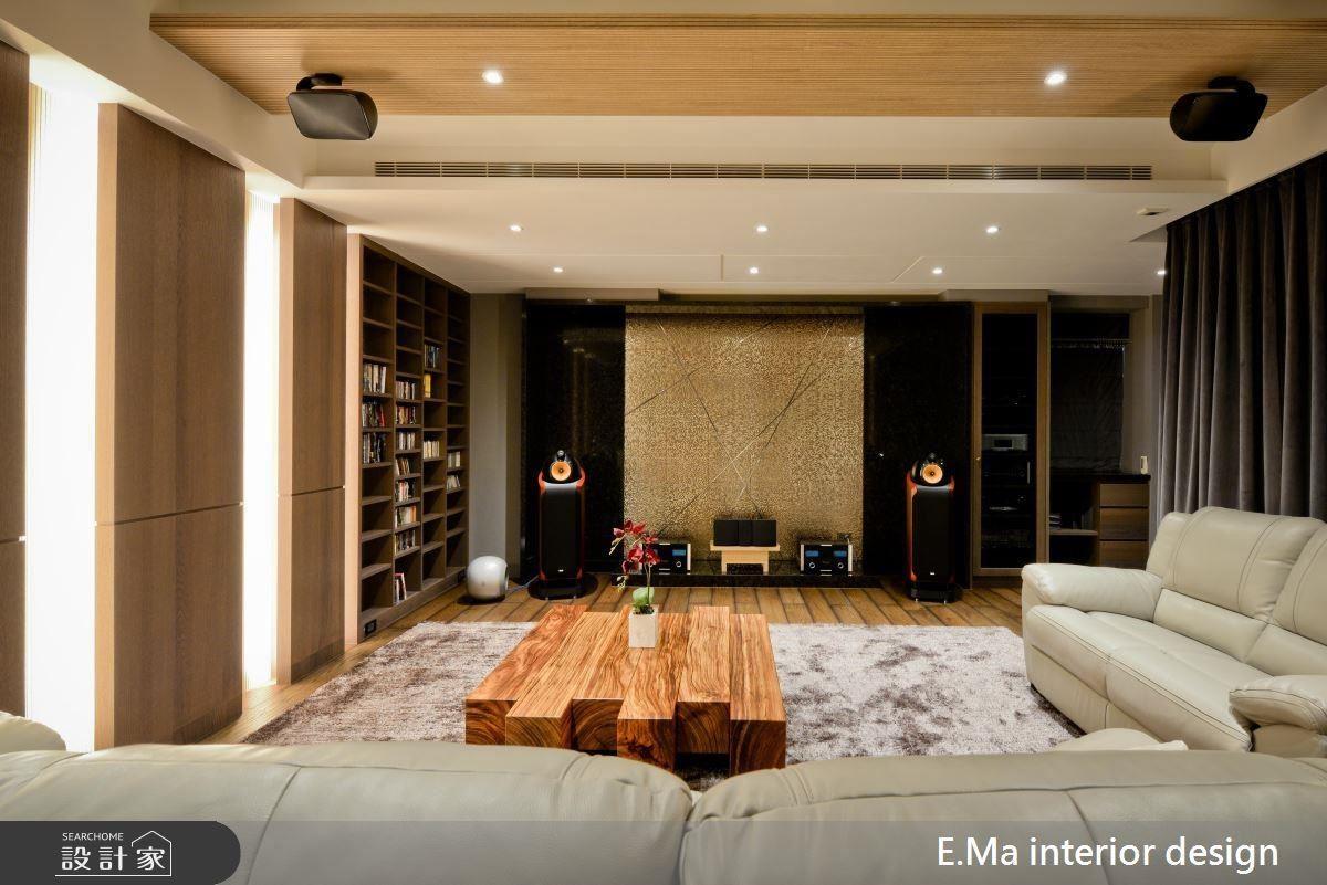 視聽室以天花光帶線條刻劃空間層次,並以金屬磚與馬賽克拼搭空間視覺焦點,烘托宛如皇家影院的氣場。