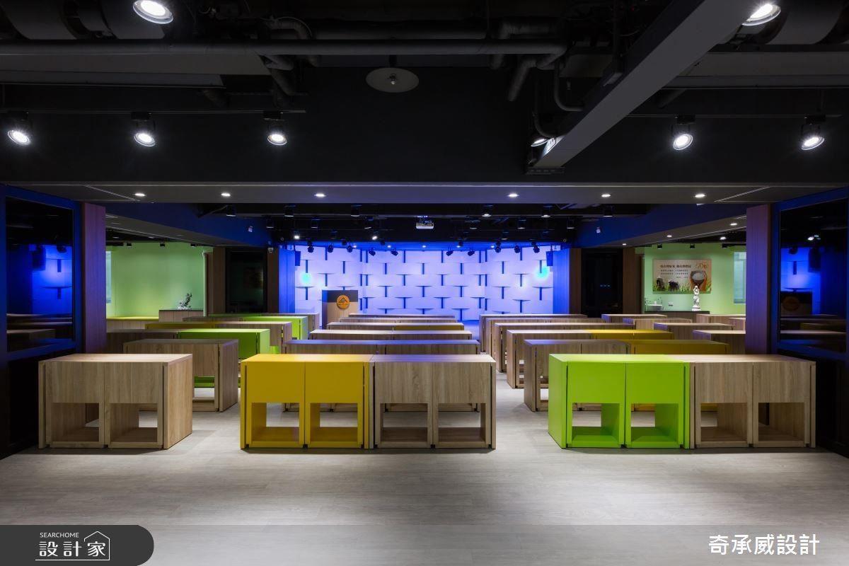 跳色積木組合般的桌椅,搭配燈光舞台效果,營造活潑視聽氛圍。