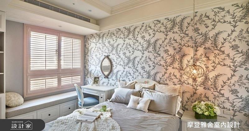 壁紙的巧妙搭配在掛上一面鏡子、造型吊燈,小仙女的氣質臥房更加完整。看完整圖庫