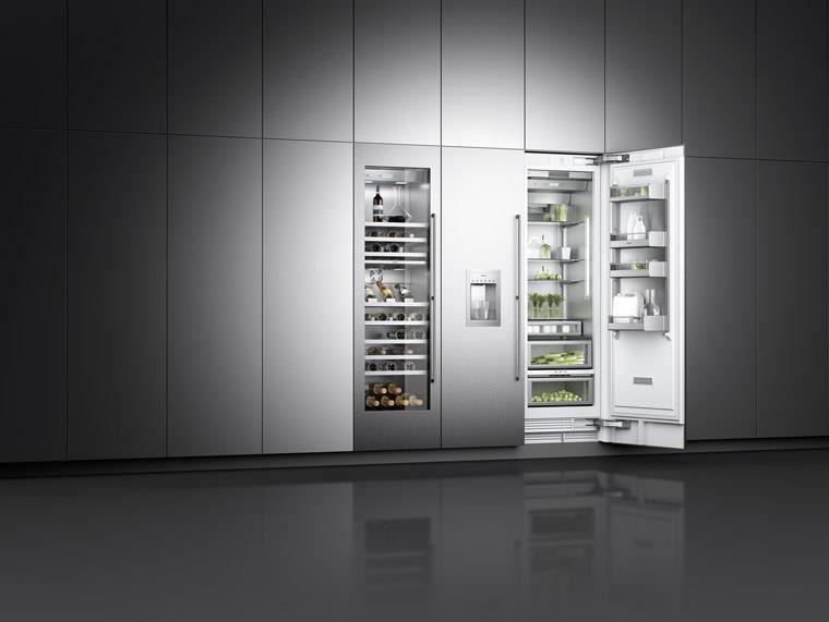 Gaggenau 400系列冰箱外型簡約俐落,內部以及玻璃升降層架皆嵌入LED燈柱,保持內部明亮光線,該系列的冰箱及酒櫃皆配備調節溫度功能,讓存放更加安心。