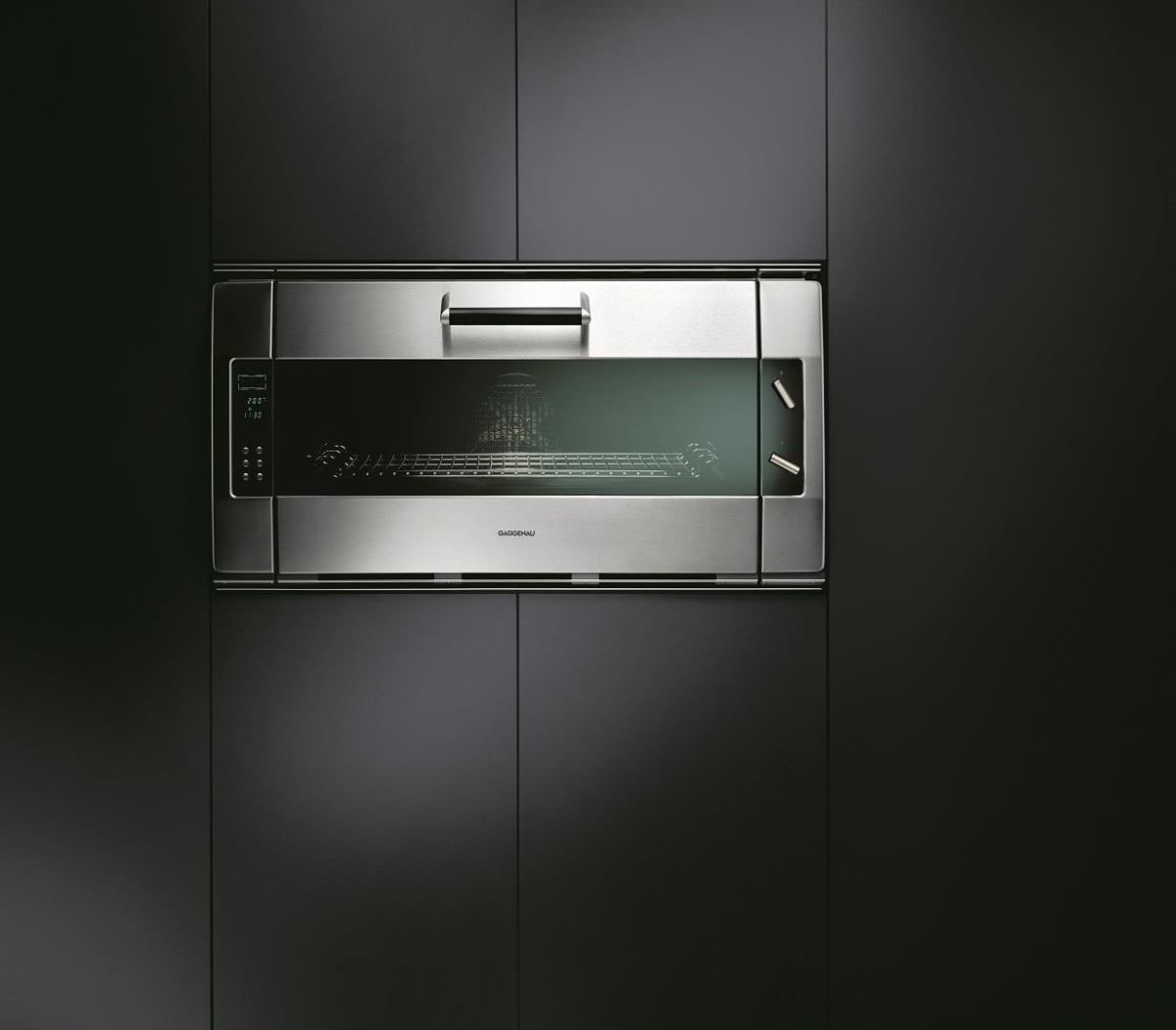 Gaggenau EB388經典烤箱以手工打造,寬達90公分的巨大空間,能處理大份量的食材,備有爐內探針,準確掌握調理溫度。烤箱內更配製電轉烤肉架、烘焙石和高溫分解自清系統。