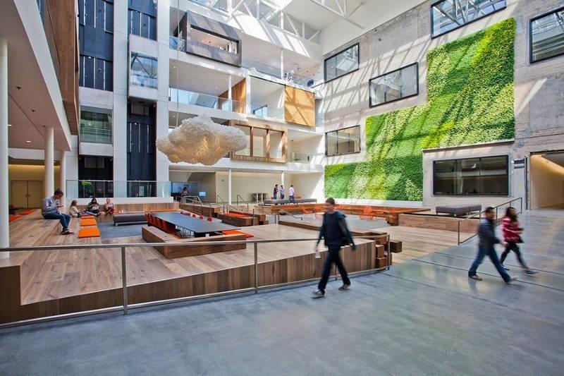大廳充滿綠意植栽既吸睛又有益助室內空氣品質