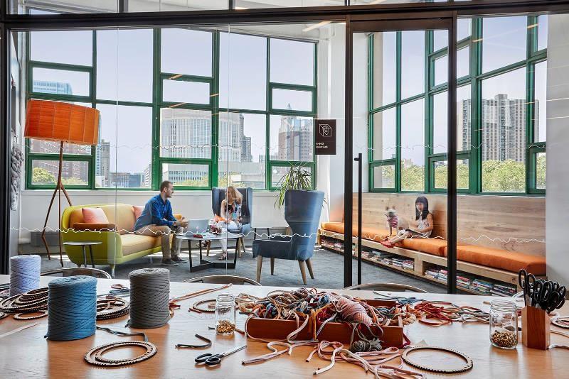 在 Etsy 的辦公空間有很多區塊可以完成手工藝品製作。>>看完整文章
