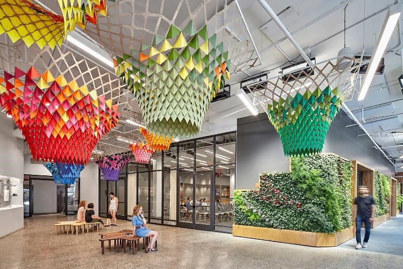 Etsy 接待大廳的特色就在於那面生氣蓬勃的植栽牆以及超大超有趣的吊燈!>>看完整文章
