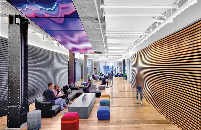 會議區的天花板投射了影像。>>看完整文章