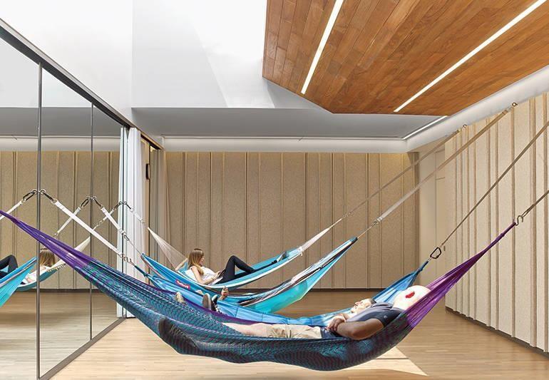 高科技公司的福利出名的好,而這個明亮且陽光滿溢的空間配置吊床,絕對是 Google 最獨一無二的角落。>>看完整文章