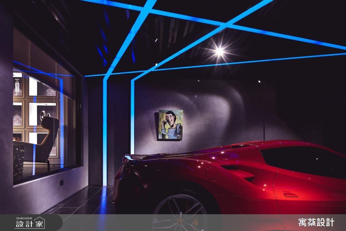 進門車庫牆面以義大利特殊漆刷色,並在炫目光帶的線條勾勒下,呈現時尚拉風的視覺張力。