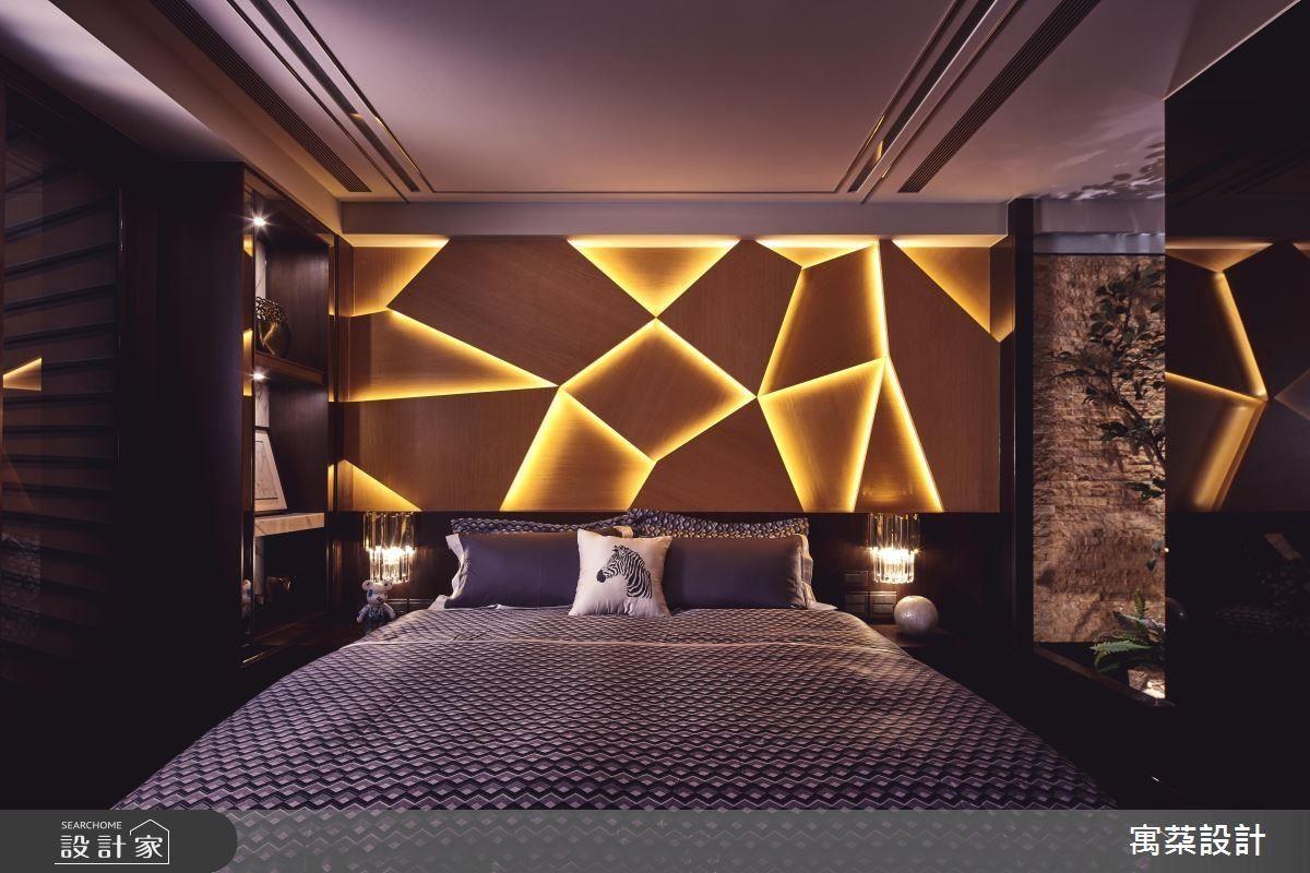 頂樓臥房床頭背牆以不規則幾何造型、光帶堆疊鮮明立體層次,並以右側植栽瀑布造景呈現大自然風貌。