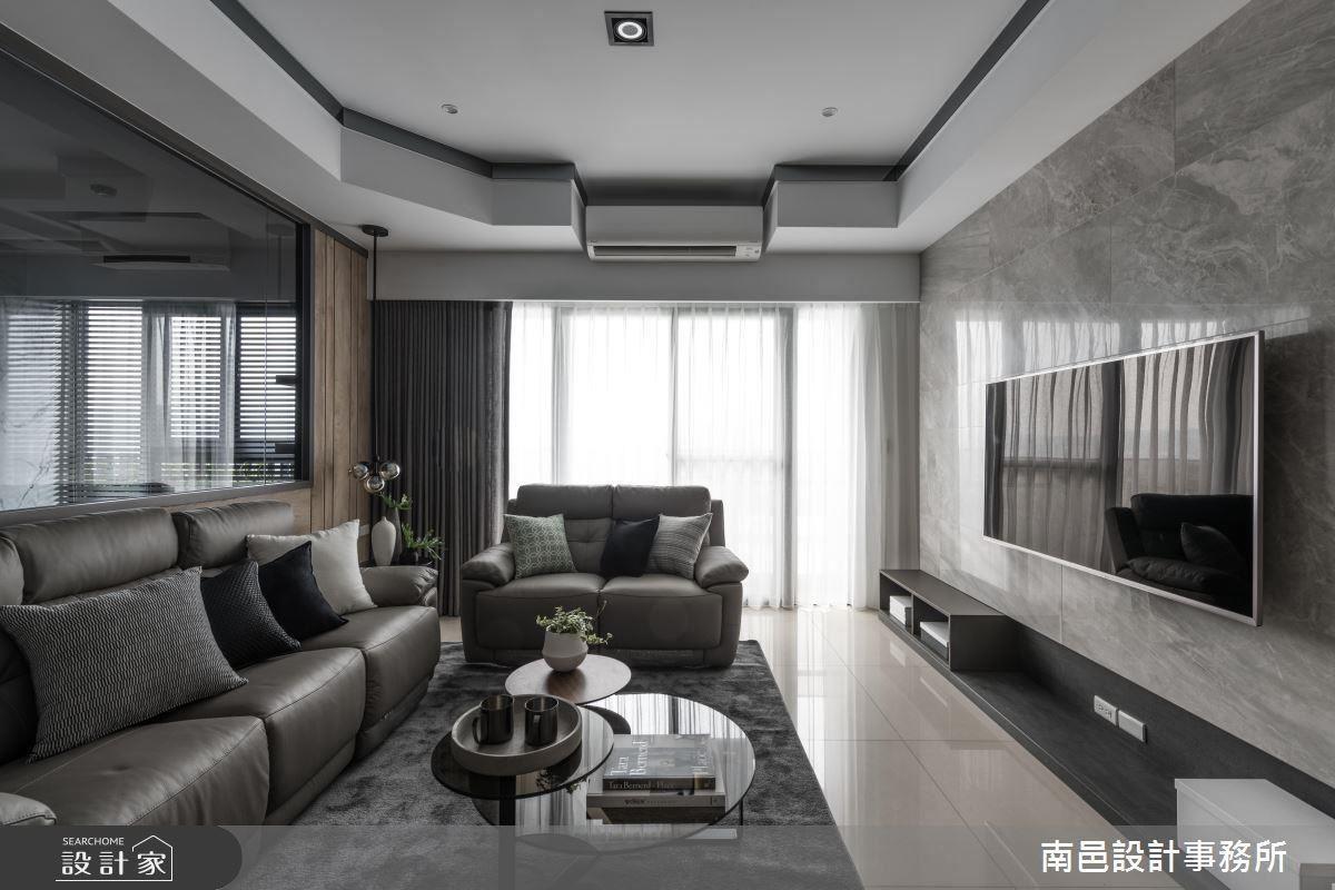 客廳電視牆在灰調木皮的鋪陳下,舒緩空間視覺感受,並設置收納櫃體滿足電視機盒置放需求。