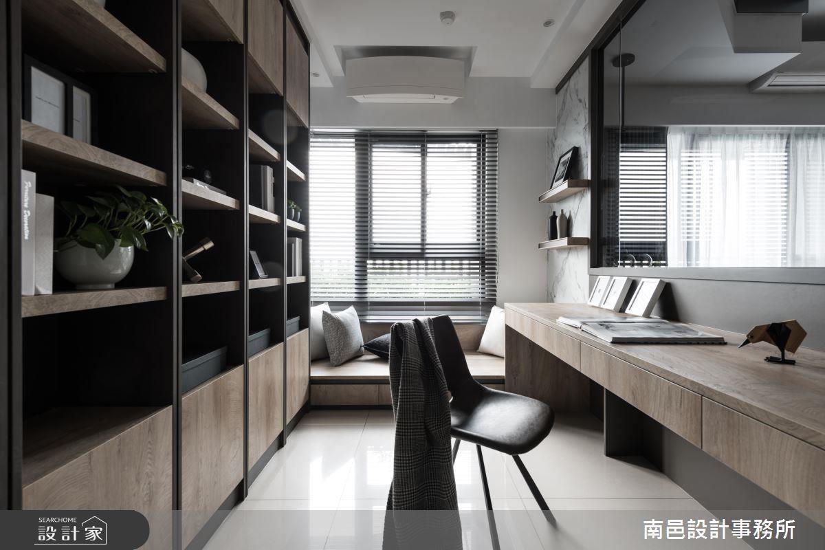 書房設置於沙發背側,以隔間牆開窗設計圍塑閱讀空間,並於窗邊設置臥榻凝聚親子情誼。