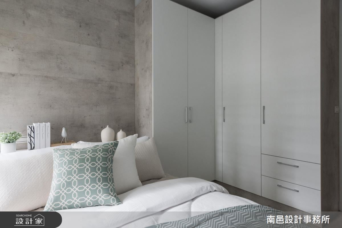多功能房床頭背牆以仿清水模鋪設休憩寧靜感,並規劃大量儲物櫃提供居家置放空間。