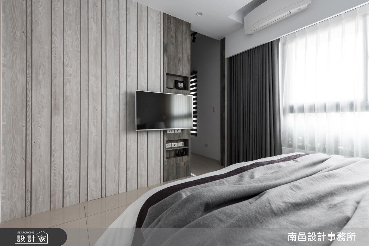 主臥室床頭牆面使用藕灰色調,輕柔舒緩睡眠氛圍,並以異材質搭配電視牆面,呈現豐富視覺層次。