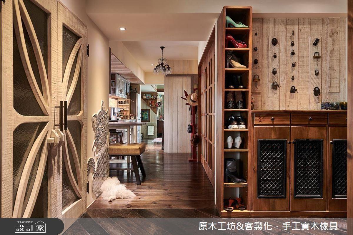 玄關壁面作為大小鎖頭收藏的端景牆,形成獨特展示空間,並依習慣設置開放鞋櫃便利鞋物置放。