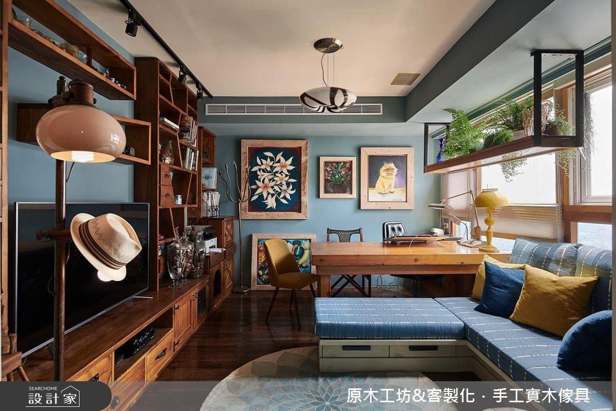 客廳窗面規劃大面工作桌享受充沛光源,並設計燈箱式吊櫃培育植栽,設計師運用空間面向與生活興趣相互串聯。