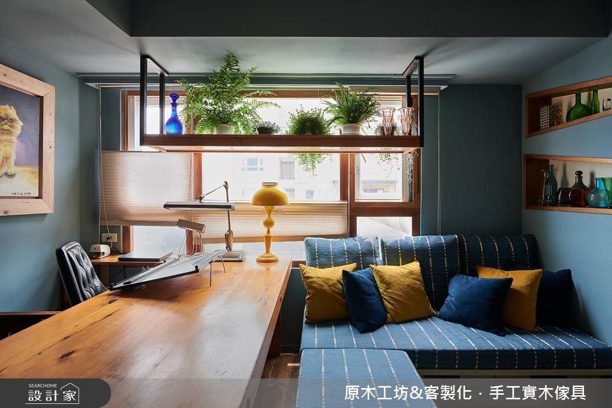 以複合巧思結合客廳與工作區,為 20 坪室內空間創造多元運用可能。