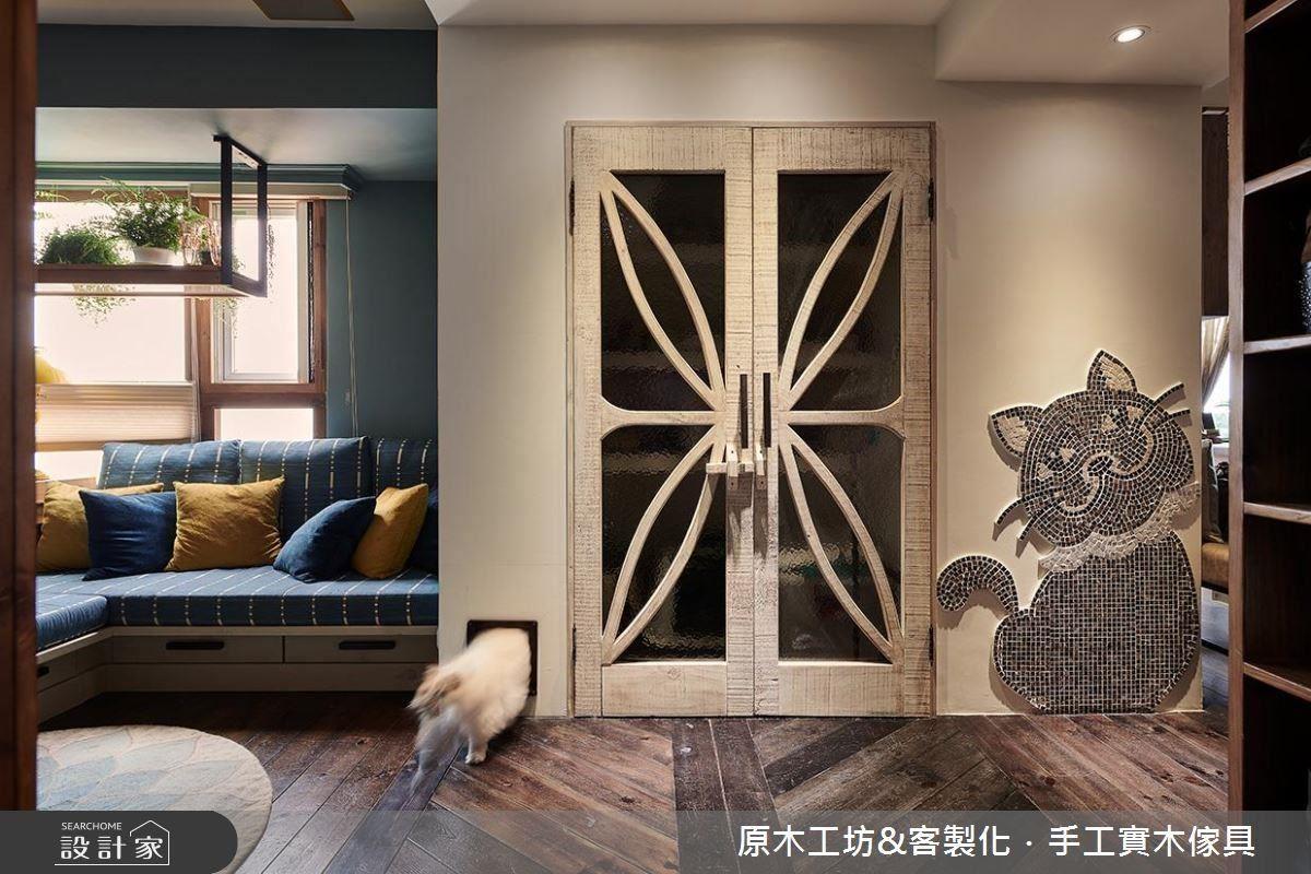 設計師於儲藏間左側採開孔設計打造愛貓專屬通道,同時減少貓砂攜出量,並利用門片隱藏貓砂,成為家中愛貓的祕密基地。
