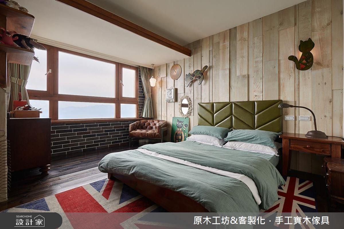 主臥床頭牆面以實木拼貼立體層次,在壁燈點綴下活潑空間氛圍。
