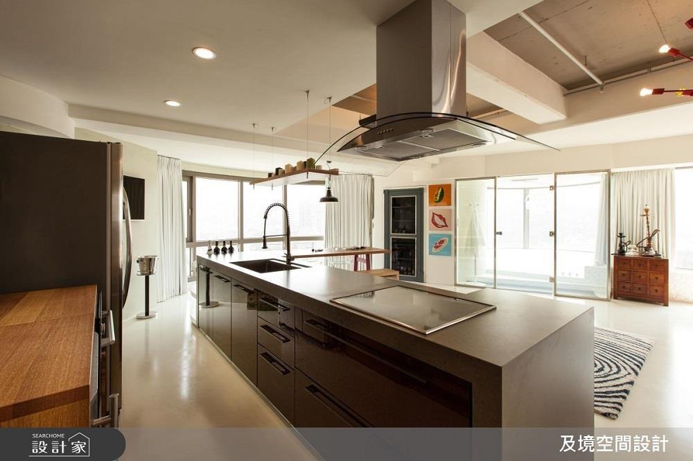 坪數大的空間,以中島廚房的設計,能為居家氛圍添上一股氣勢,寬闊的空間讓賓主盡歡!>>看完整圖庫