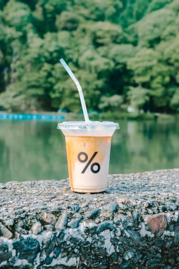 店面沒有什麼座位,不如就把咖啡拿到藍天下、溪水旁享用吧!(KK提供)