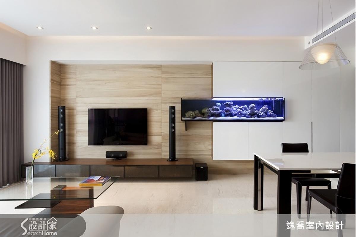 通常電視牆的設計都以收納功能為主,但是嵌入玻璃魚缸或許也是值得考慮的選項,而且還能發揮串聯異材質牆面的效果呢!