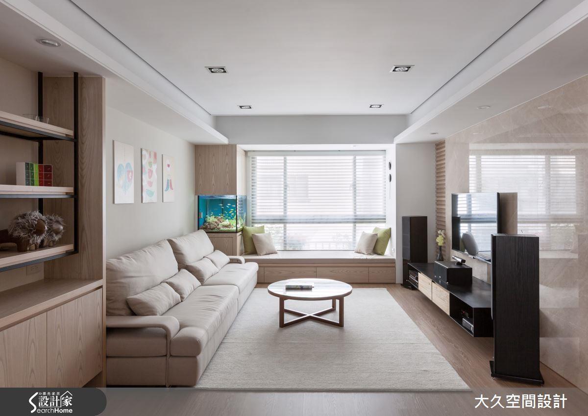落地窗前規劃臥榻區域,是現代居家常見的設計,不過結合柱體的水族箱,讓窗景與端景相互輝映,更能昇華出與眾不同的室內質感。