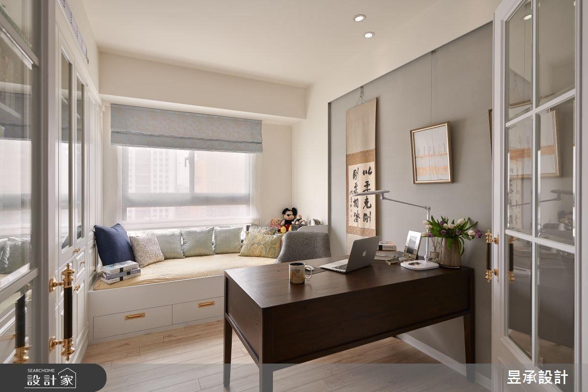以標準床墊尺寸作為臥榻設計,讓書房兼具客房功能。