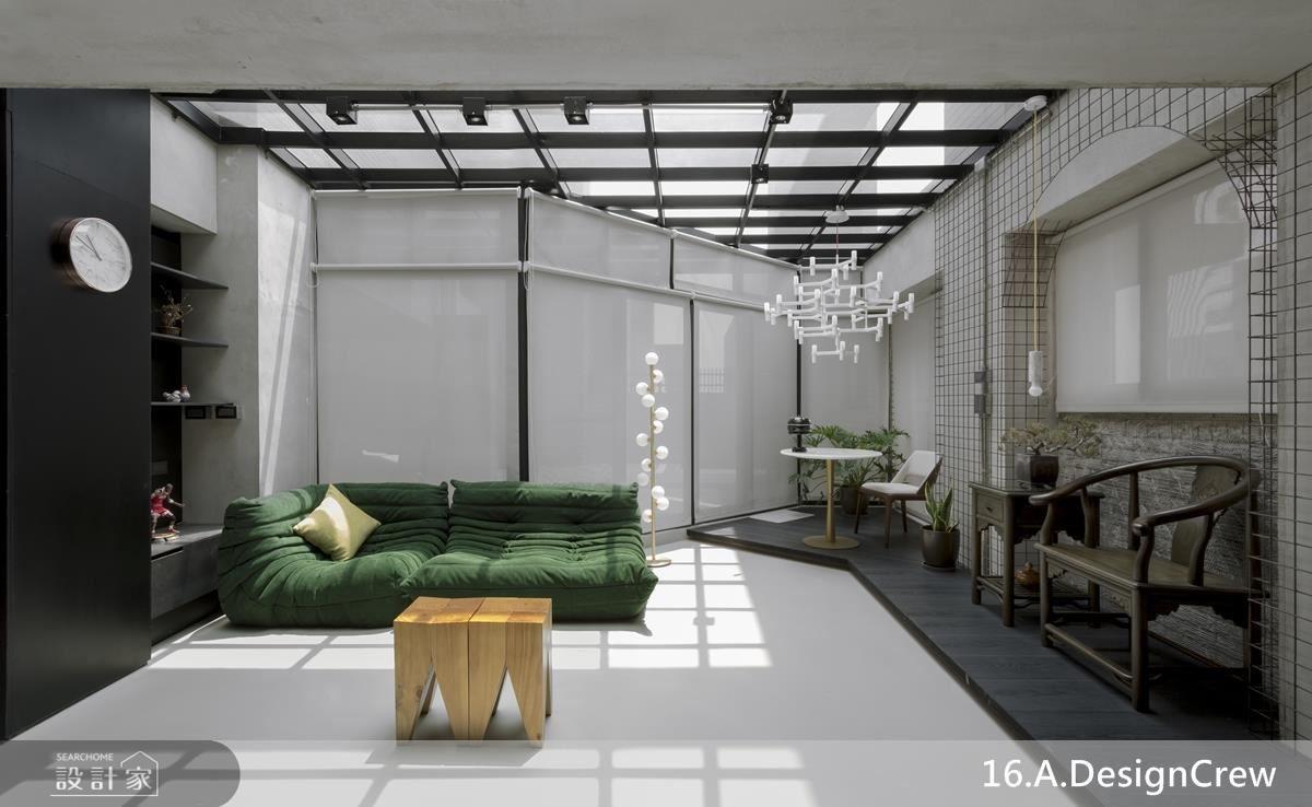 公領域以玻璃格窗天花大幅引入充沛陽光,並以斜向格局創造多重空間角落,便利生活運用性。