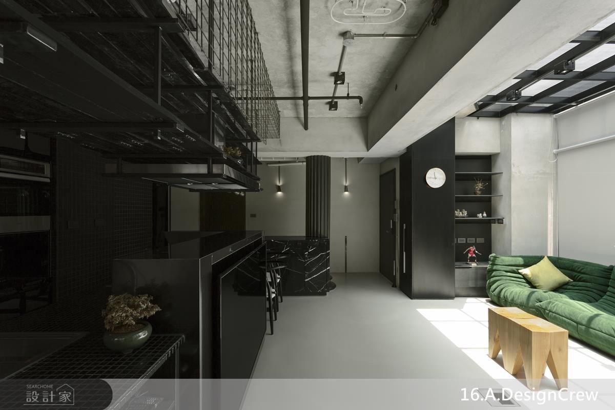客、餐廳採開放設計,放大空間感受,並彙整電視機能於廚房料理檯壁面,透過複合空間面向,創造更多空間可能。